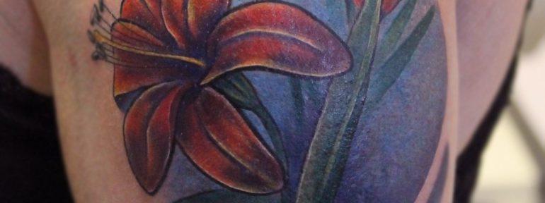Художественная татуировка «Лилии». Cover-up от Паши Заволока