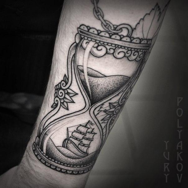 Художественная татуировка «песочные часы» от Юрия Полякова
