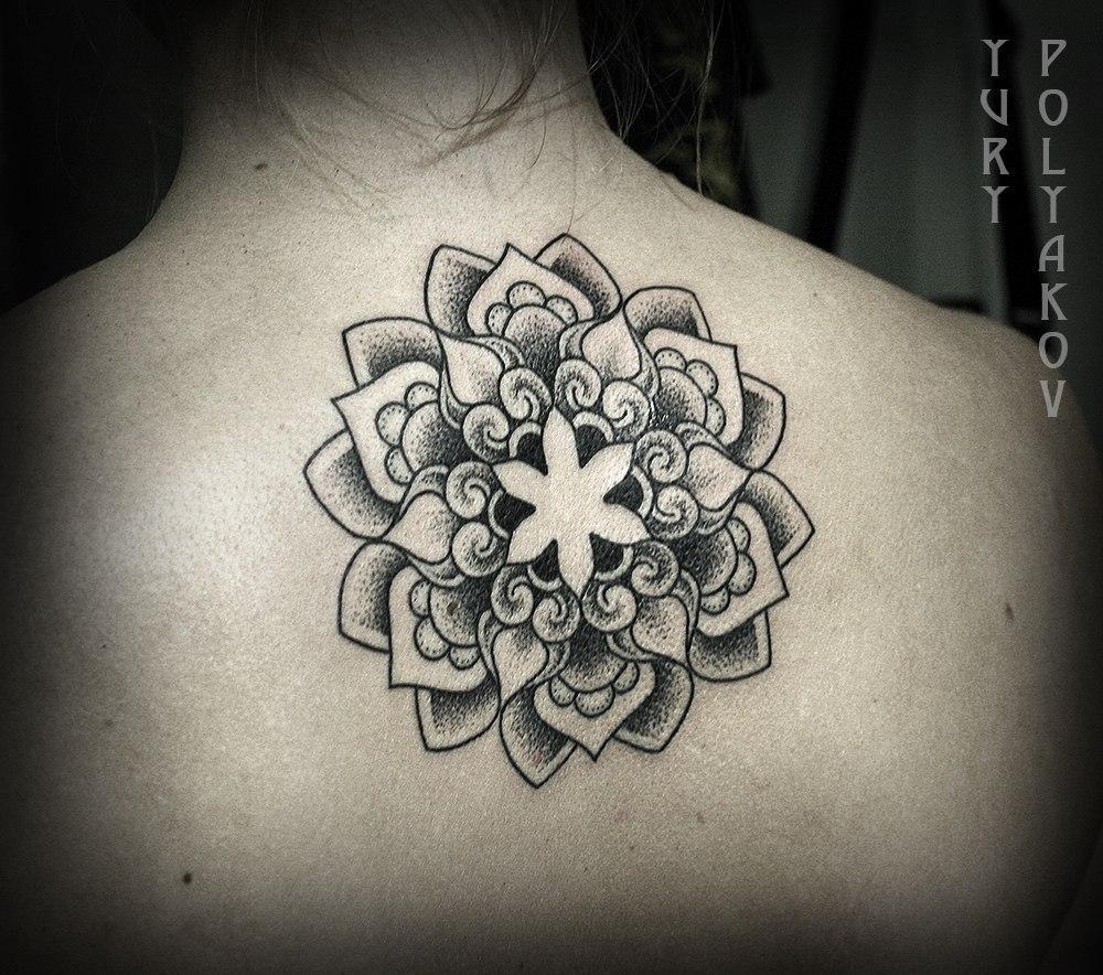 Художественная татуировка «Мандала» от Юрия Полякова. Мандала сделана на спине девушки за 2 часа. Эскиз индивидуальный