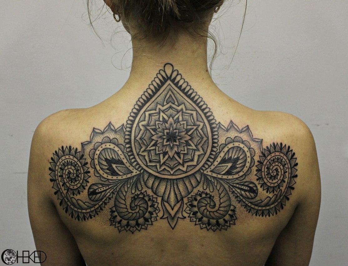 Художественная татуировка «Орнамент». Мастер Алиса Cheked. Художественная татуировка «Орнамент» от мастера Алисы Cheked. Выполнена на спине девушки за 3 сеанса по 3-4 часа