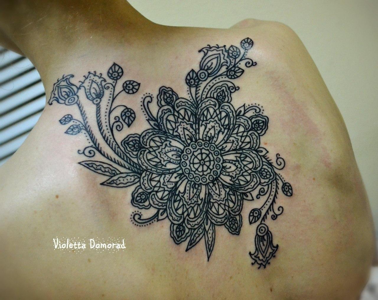 Татуировка выполнена на спине по индивидуальному эскизу в стиле индийских орнаментов. Мастер Виолетта Доморад. Один небольшой сенанс