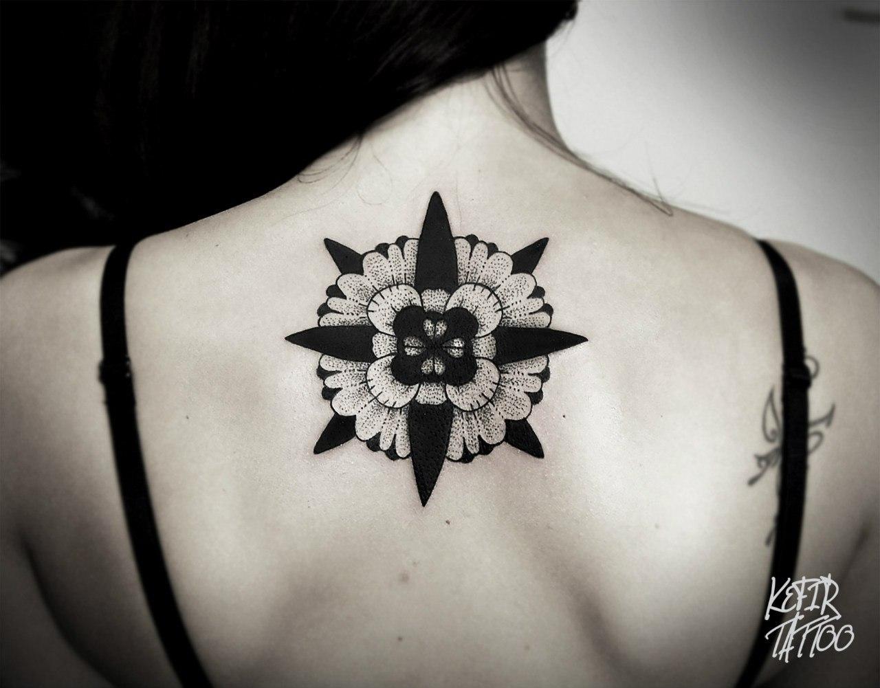 Художественная татуировка «Мандала» от Инессы Фиолетовый Кефир. Узор сделан на спине девушки по индивидуальному эскизу мастера примерно за 2 часа