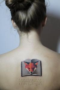 Художественная татуировка «Лис и книга» от Саши Унисекс. Работа сделана на спине девушки. Время работы — 2 часа, по индивидуальному эскизу Саши