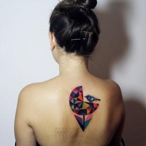 Художественная татуировка «Птичка на цветке» от Саши Унисекс. Татуировка сделана на спине девушки по индивидуальному эскизу мастера. Время работы — около трёх часов.