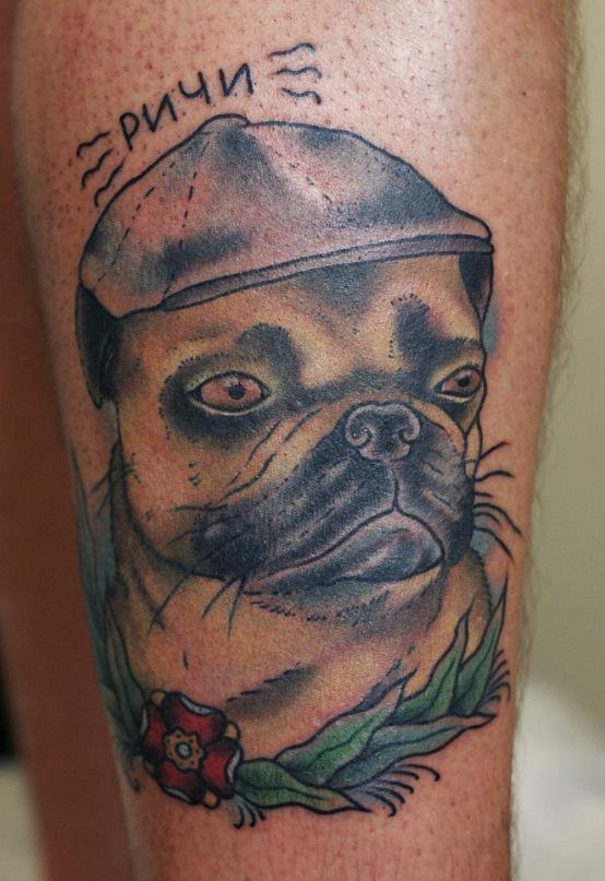 Татуировка выполнена в стиле неотрадишнл.Этот пёс породы мопс,является членом семьи уже добрых пять лет.