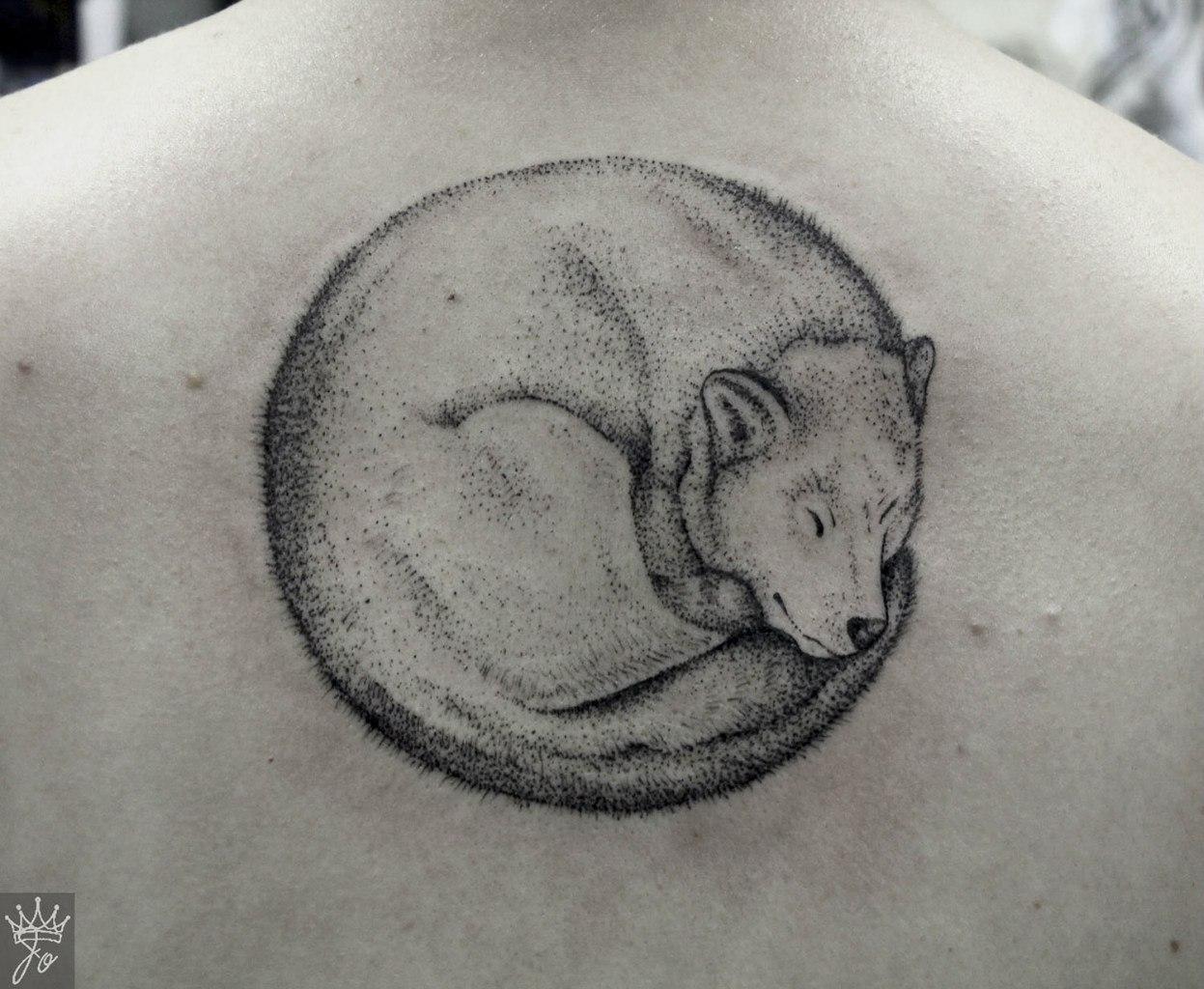 Художественная татуировка Пёсик на позвоночнике