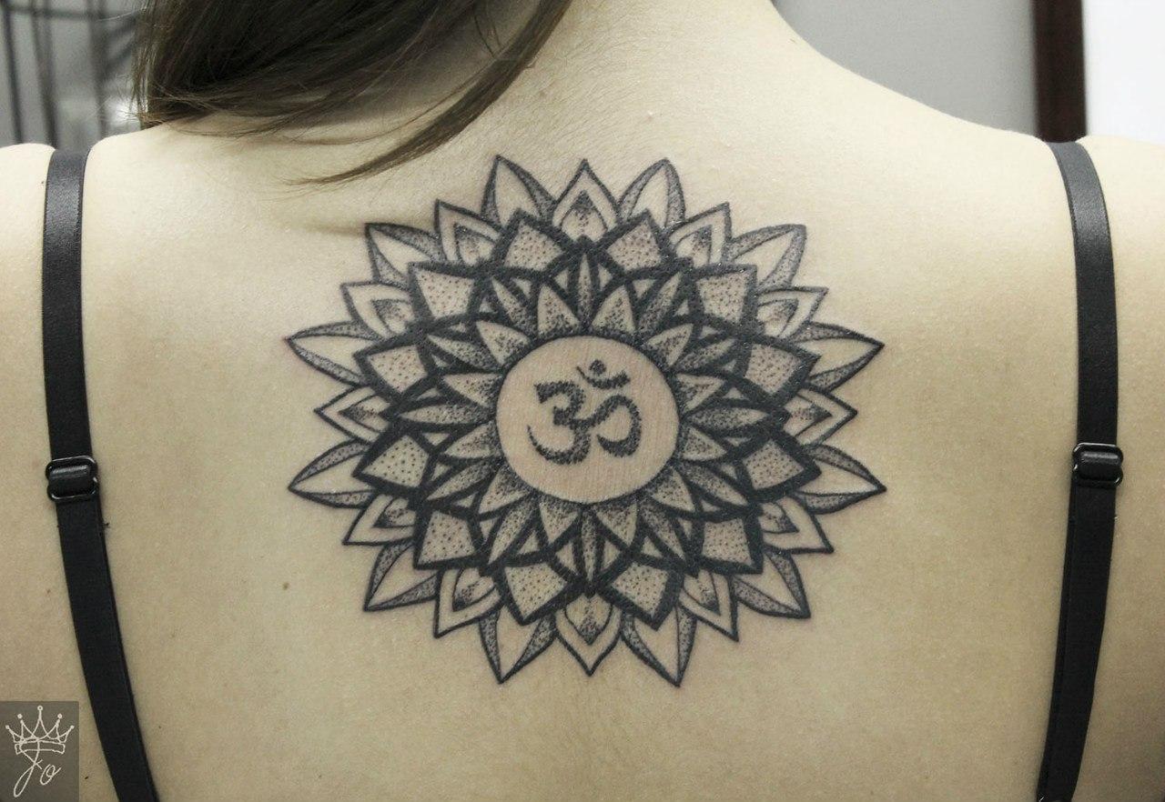 Художественная татуировка на позвоночнике - Мандала