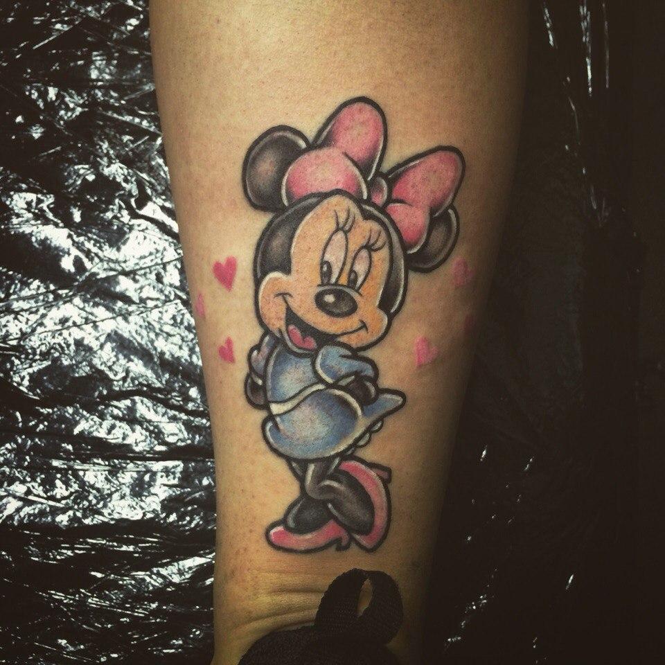 Художественные татуировки персонажей мультфильма студии Дисней «Микки Маус» и «Мини Маус»