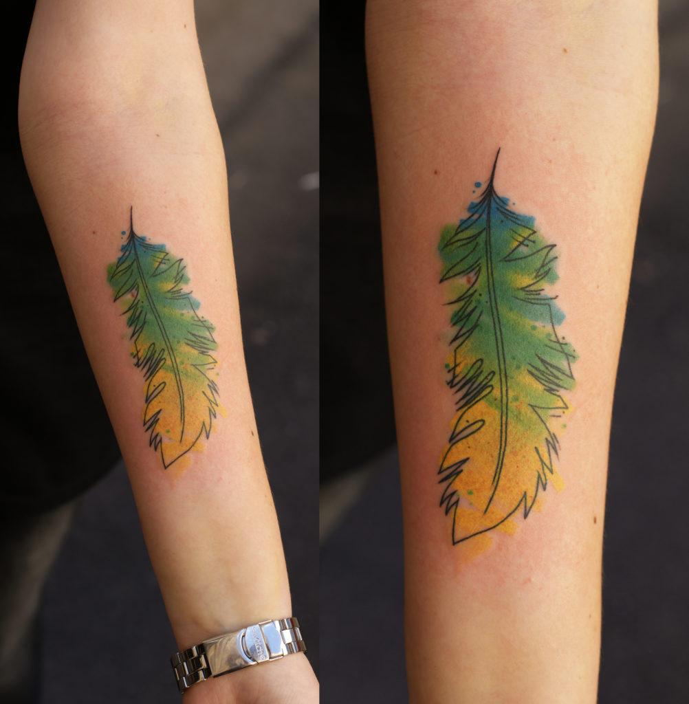 Художественная татуировка - перо. Расположение -  предплечье