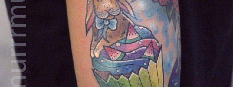 Художественная татуировка «Заяц в кексе». Мастер Настя Стриж