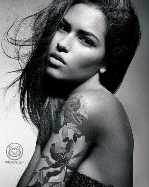 Художественная татуировка «Пионы». Мастер: Лёша Стафеев