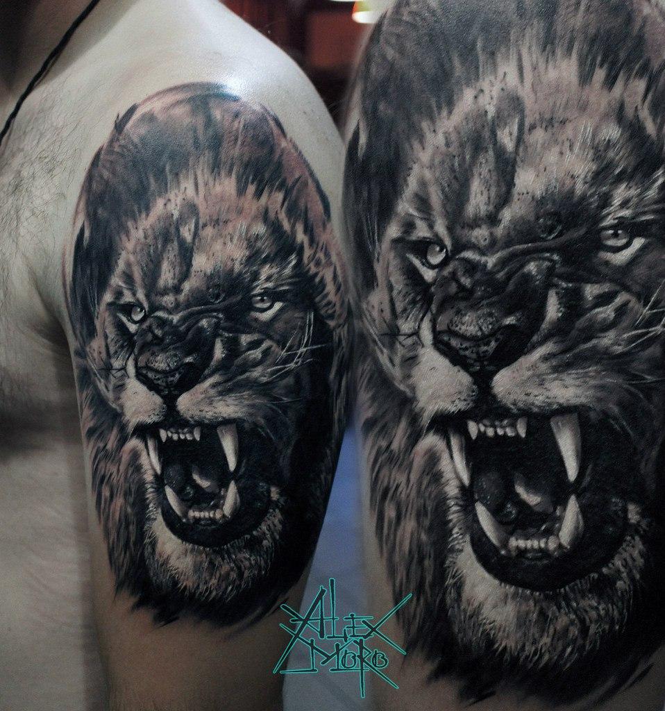 Художественная татуировка Лев на плече мужчины