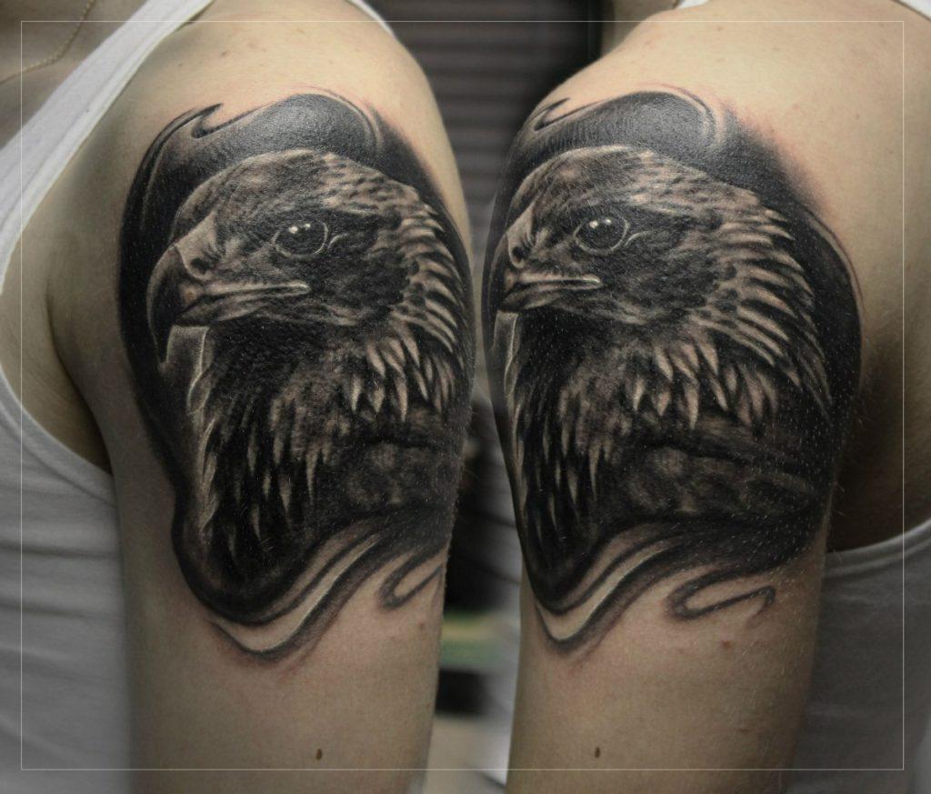 Художественная татуировка Орел на плече