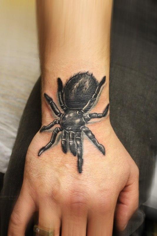 Татуировка паук на кисти
