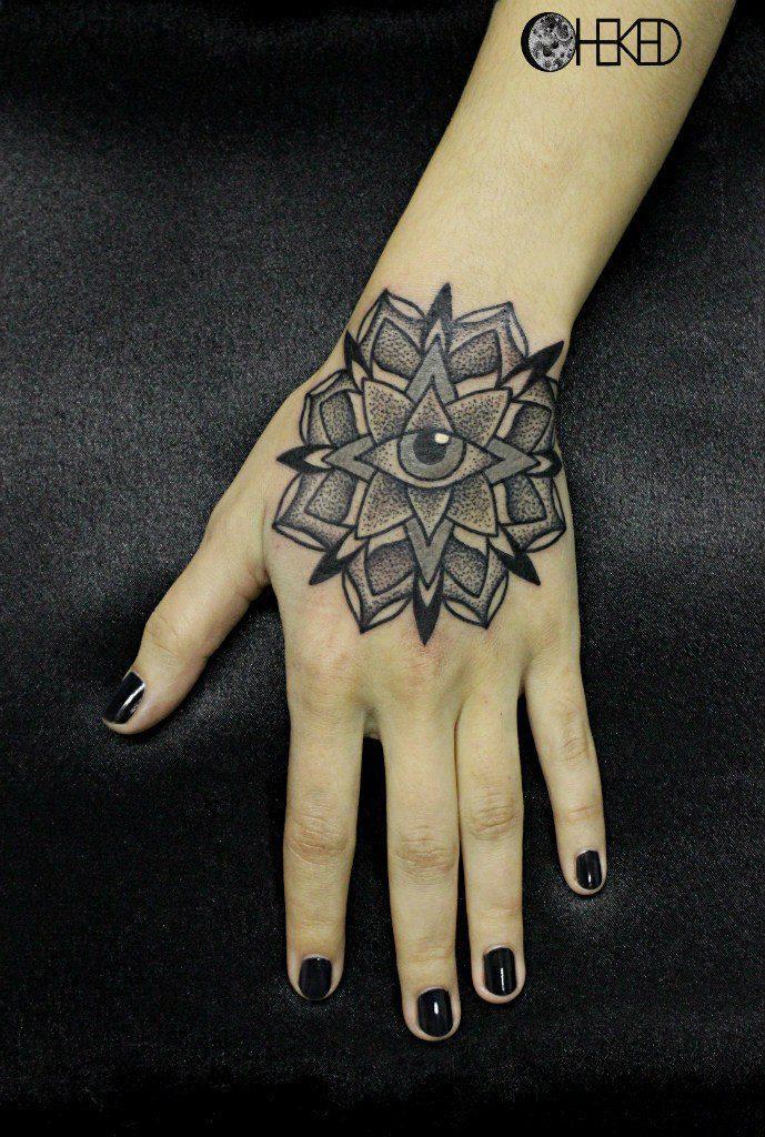 Художественная татуировка «Мандала» на кисти девушки