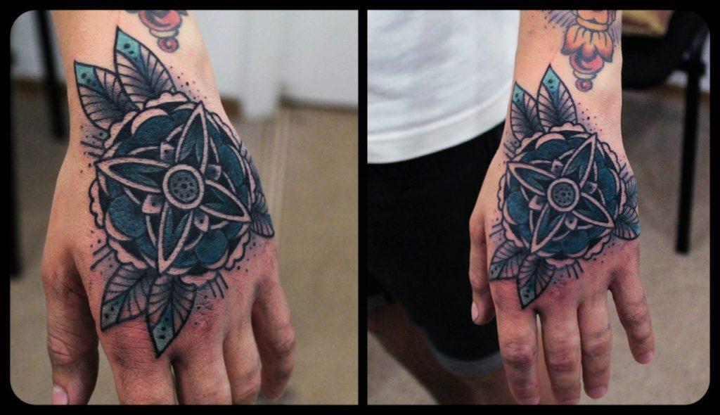Художественная татуировка «Цветок» на кисти