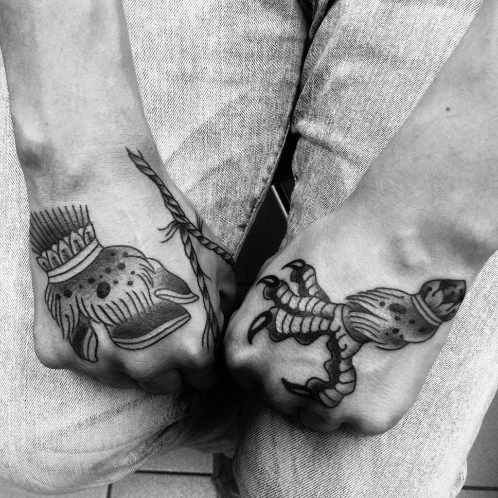 Художественные татуировки-миниатюры на кистях и пальцах молодого человекаа