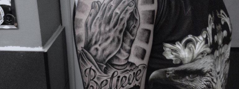 Художественная татуировка «Руки в молитве». Мастер- Александр Бахаревич.