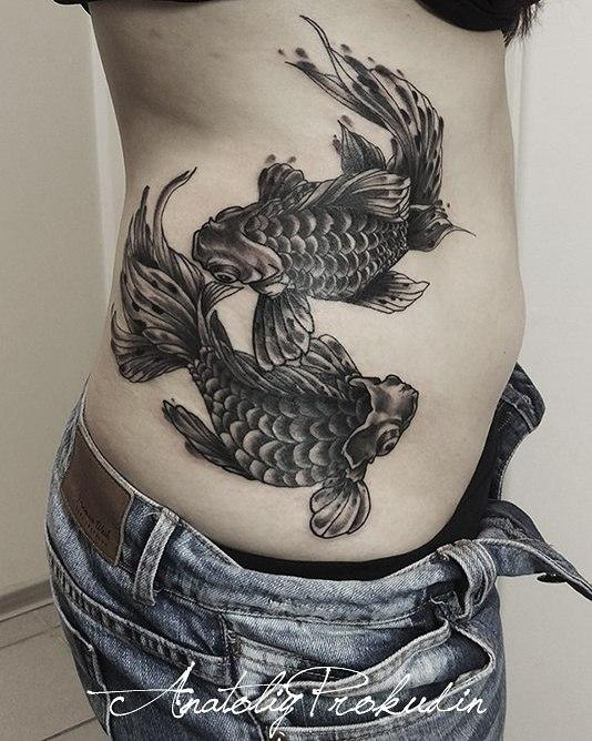 Татуировка расположена на боку.