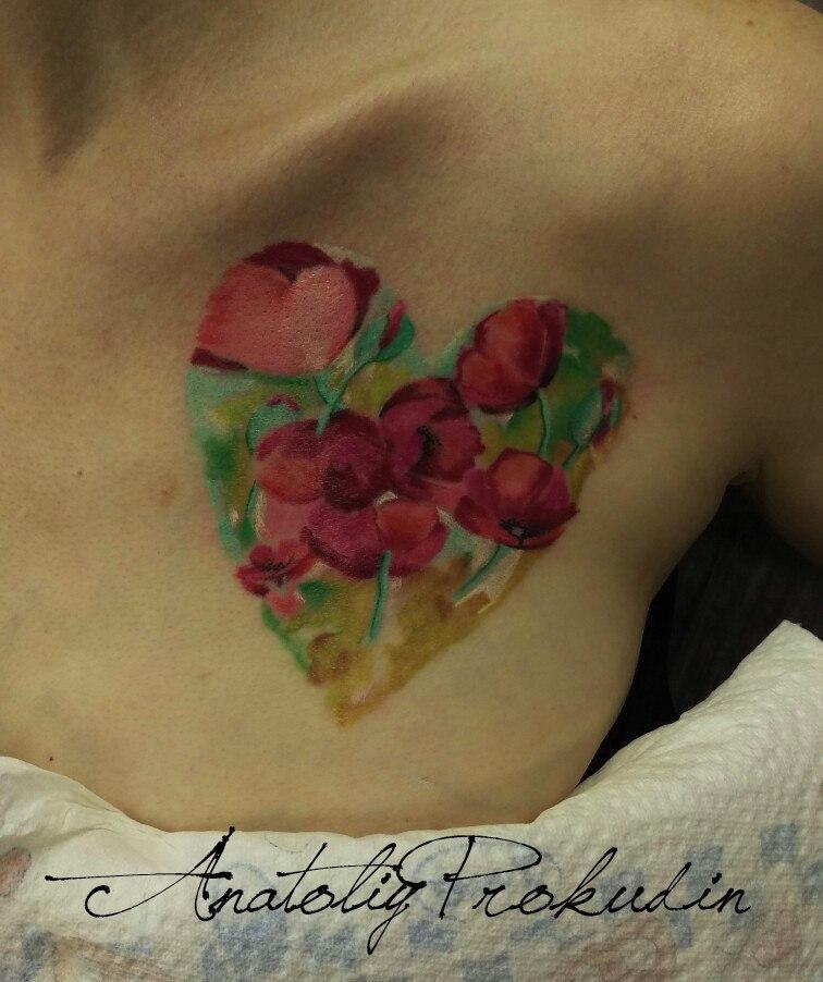 Акварельная татуировка. Расположена на груди.