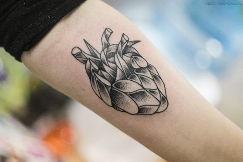 Татуировка абстрактная человеческого сердца на руке