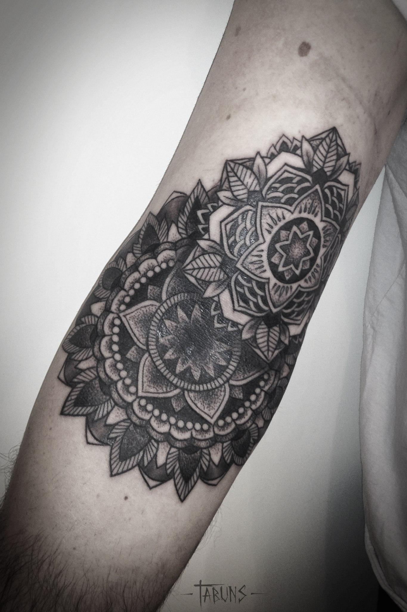 Художественная татуировка Мандалы на руке