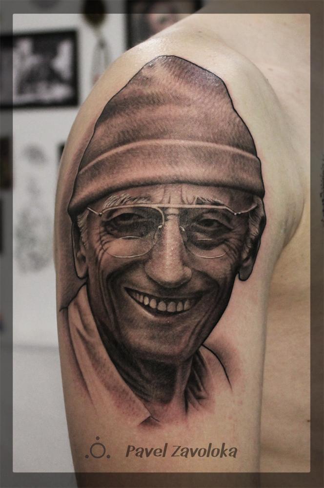Художественная татуировка — портрет «Жак-Ив Кусто.». Мастер Павел Заволока. Расположение: плечо. Время работы: 4 часа