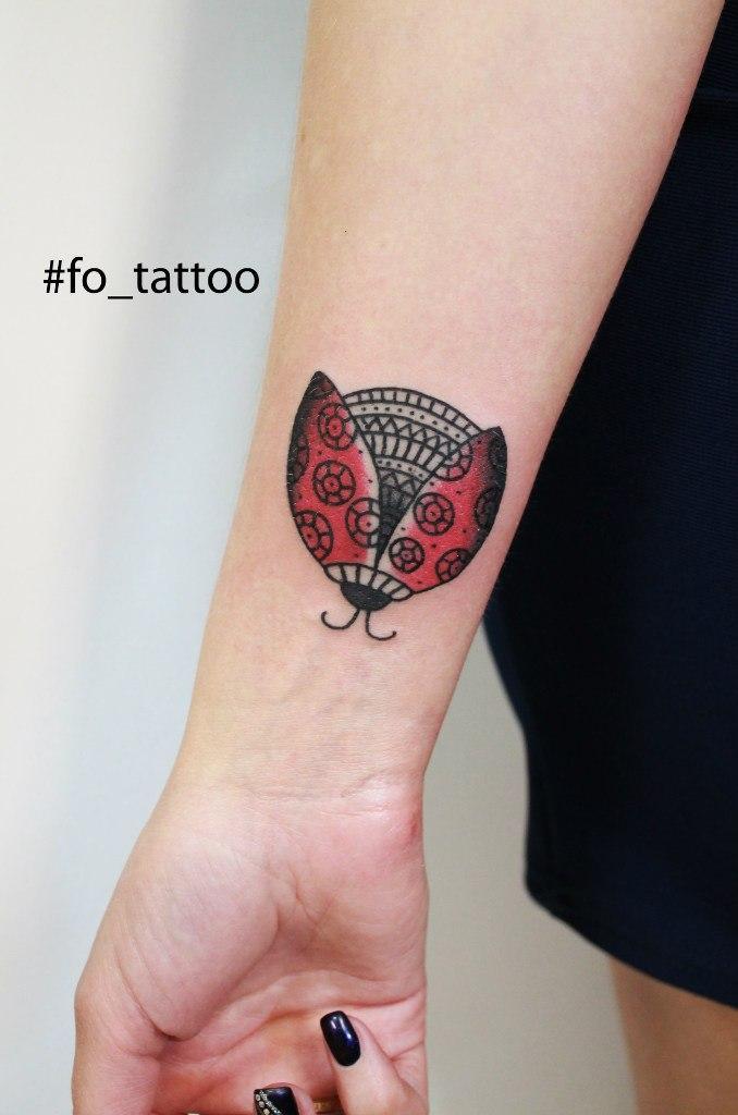 Татуировка «Божья коровка». Мастер Фоля Fo.