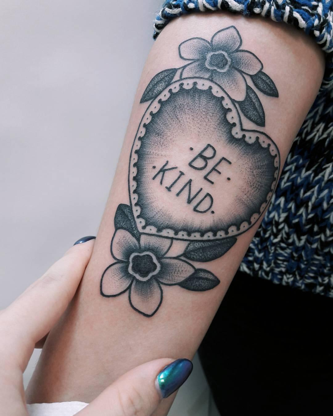 Художественная татуировка «Be Kind». Мастер Анастасия Куликова