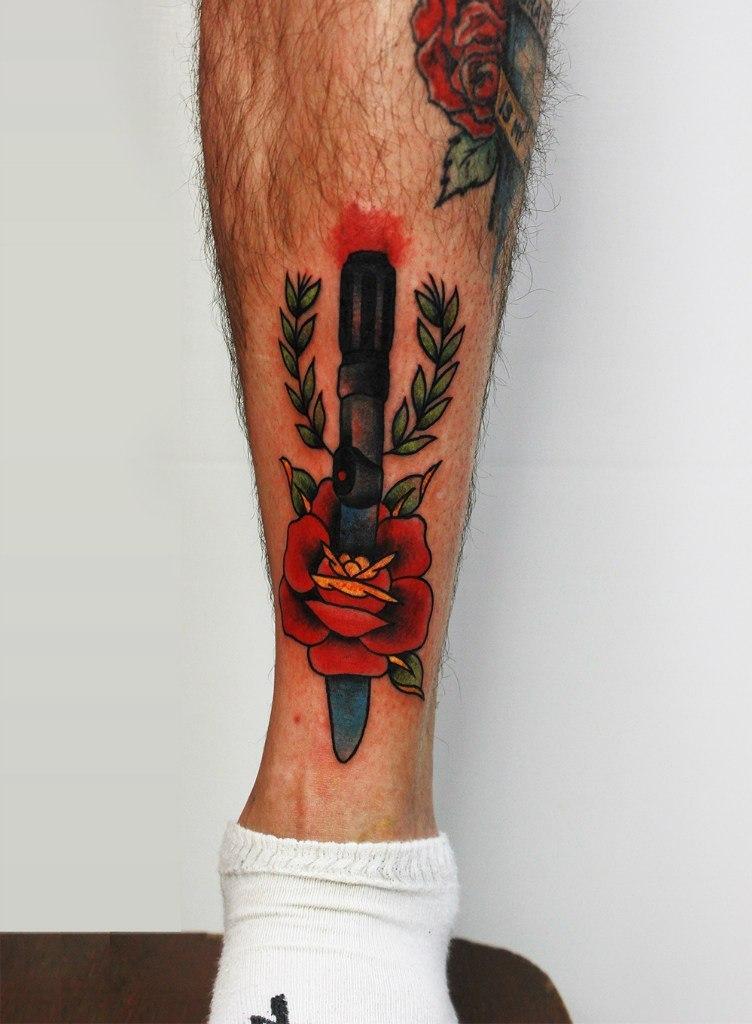 Художественная татуировка «Нож с розой»