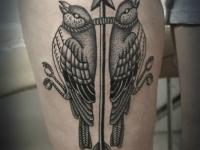 Татуировка стрела с птицами на бедре