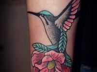 Татуировка колибри на цветке