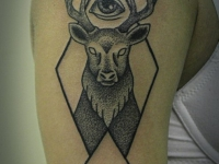 Татуировка голова оленя и глаз