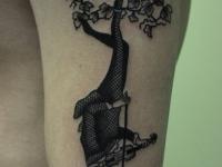 Татуировка олень-скрипач на плече