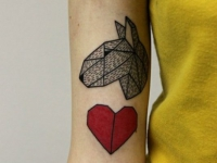 Татуировка оригами на плече