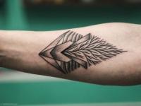 Татуировка красивой геометрии на внутренней стороне предплечья