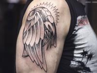 Татуировка крыла на плече