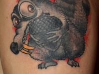 Татуировка белка на плече