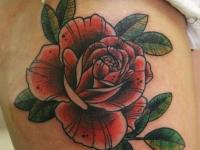 Татуировка цветок на бедре
