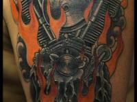 Татуировка двигатель на плече