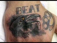 Татуировка птица на кисти