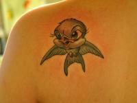 Татуировка птичка на лопатке