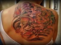 Татуировка рыбы и цветы на спине