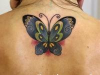 Татуировка бабочка на шее