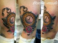 Татуировка часы на плече
