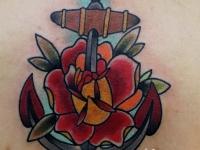 Татуировка якорь на шее