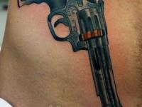 Татуировка револьвер на боку