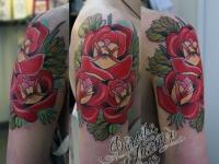 Татуировка цветы на плече