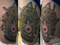 Татуировка Горгона Медуза на бедре