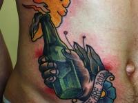 Татуировка бутылка на боку